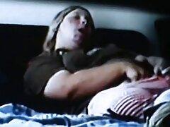 یک پسر دانلود فیلمهای سینمایی سکسی در کاندوم یک سگ ماده خال کوبی شده با سینه های کوچک قرار می دهد