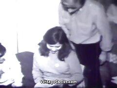 مردی که جوراب شلواری نایلونی را بر روی یک تلیسه پاره می کند ، clitoris او را سینمایی سکسی خارجی نوازش می کند