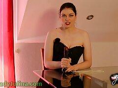 کارینا بارو زنجیر می شود و سینمایی کمدی سکسی خودش را نوازش می کند
